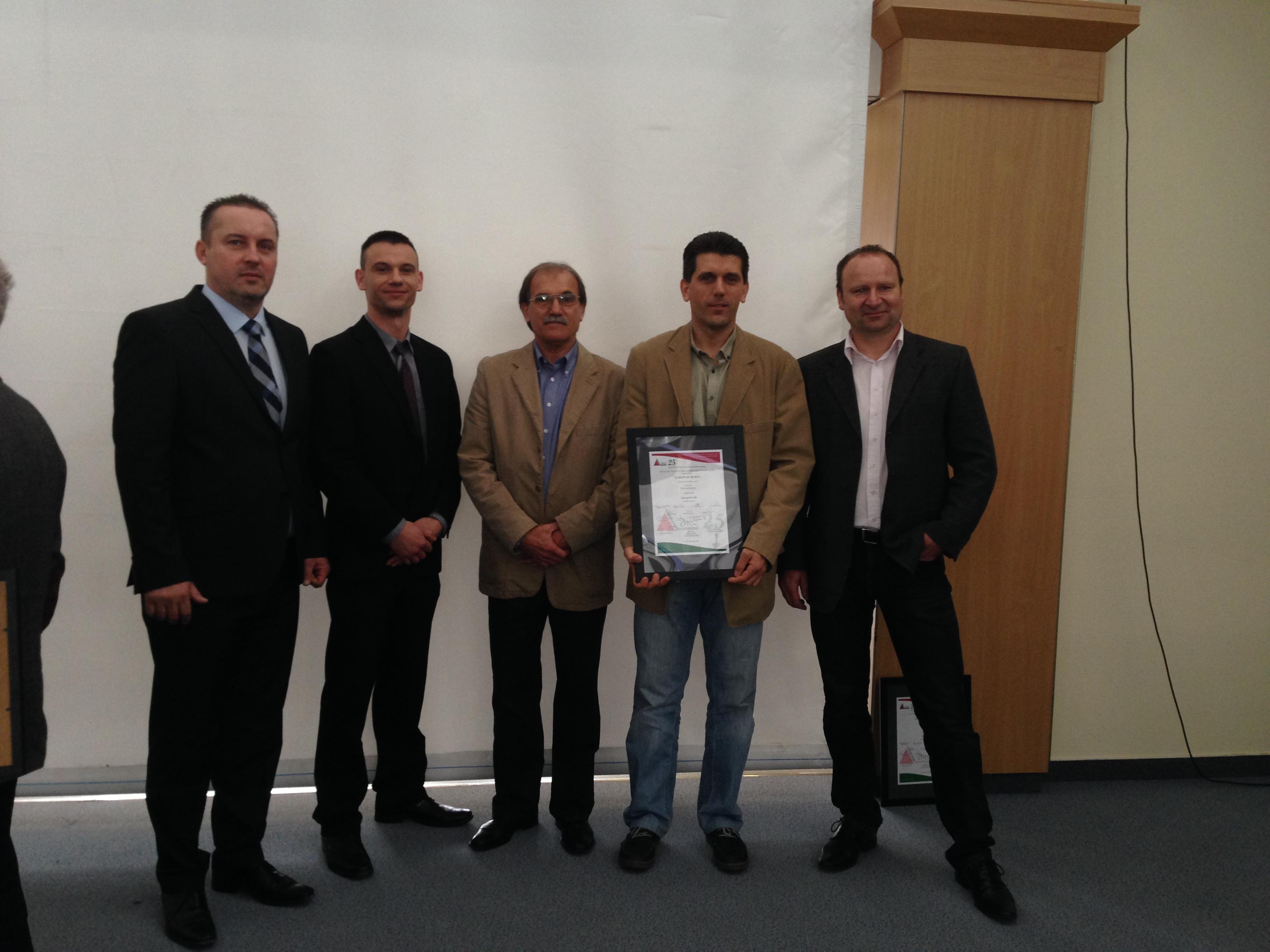Ocenění Střecha roku HU 2013. Štefan Kubovich a Györfi Róbert (Fatra IZOLFA Zrt.), Valyon Tibor a Valyon András (Europass 90 Kft.), Jiří Kubín (Fatra, a.s.) .